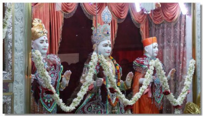 Divine darshan of the Murtis in Vadodara
