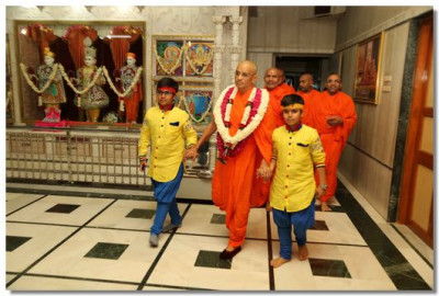 Acharya Swamishree leaves mandir for the evening performances