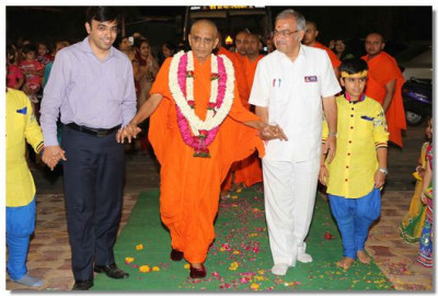 Acharya Swamishree arrives at the venue