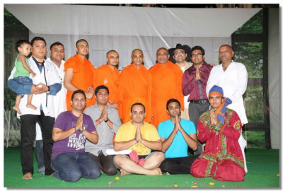 Acharya Swamishree gives darshan sants and performers