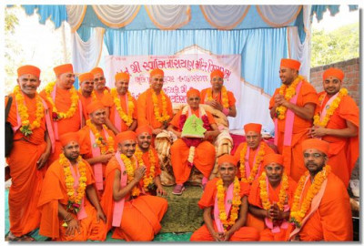 Acharya Swamishree Maharaj gives darshan with all the Sants who were present during the Shilanyas ceremony