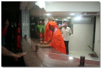 Acharya Swamishree gives darshan from the reception area