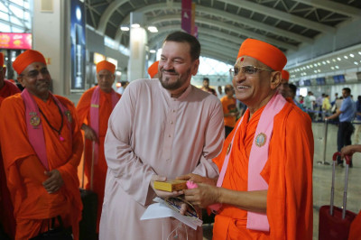 Acharya Swamishree Maharaj gives darshan to Bollywood singer Shree Nitin Mukesh at Mumbai Airport