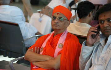 Acharya Swamishree Maharaj Arrives in Maninagar from UK