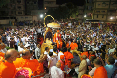 Hundreds of disciples gathered to greet Acharya Swamishree Maharaj