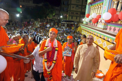 Acharya Swamishree Maharaj on the steps of Maninagar Mandir