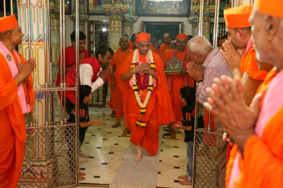 Acharya Swamishree Maharaj enters the Mandir