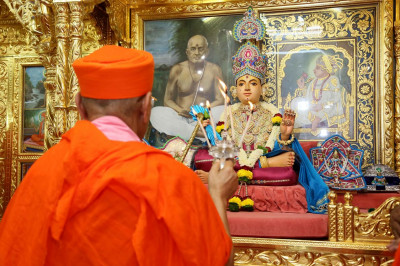 Acharya Swamishree Maharaj performs aarti to all the Murtis