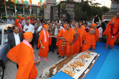 Acharya Swamishree is welcomed by awaiting sants and disciples