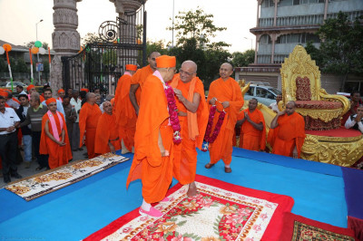 Sadguru Shree Swasidhcharandasji Swami garlands Acharya Swamishree
