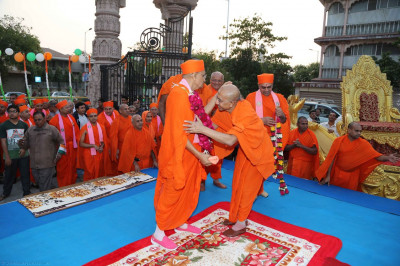 Sadguru Shree Sarveshwardasji Swami puts a garland on Acharya Swamishree
