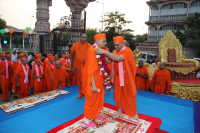 Sadguru Shree Munibhushandasji Swami puts a garland on Acharya Swamishree