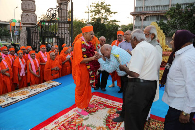 Leading disciples perform darshan to Acharya Swamishree