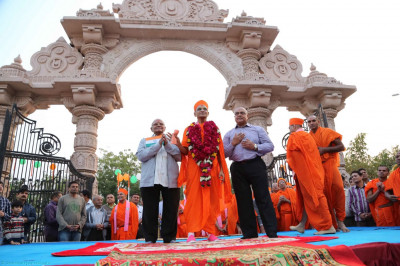 Acharya Swamishree gives darshan to everyone