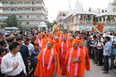 Disciples are lined up for darshan of Acharya Swamishree