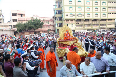 Hundreds of disciples gathered for Acharya Swamishree's darshan