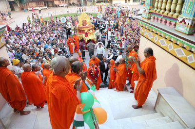 Acharya Swamishree gives darshan to the awaiting sants