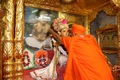 Acharya Swamishree puts a garland on Shree Sahajanand Swami
