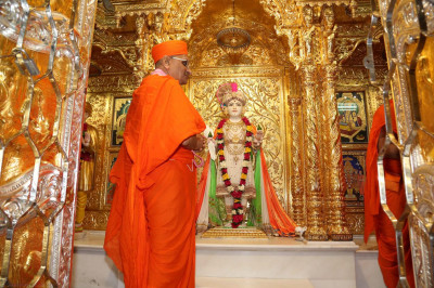 Lord Swaminarayan and Acharya Swamishree give thier darshan