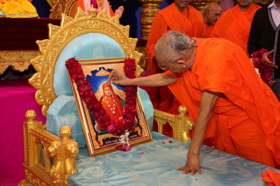 Acharya Swamishree performs poojan to Sadguru Shree Gopalanand Swami
