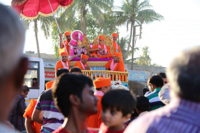 Acharya Swamishree's chariot is surrounded by disciples