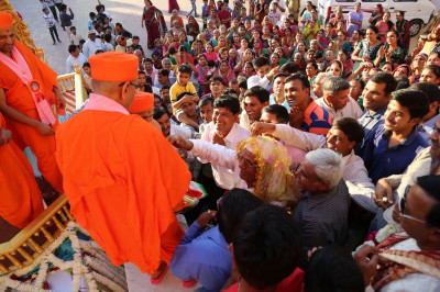 Disciples greet Acharya Swamishree at the gates