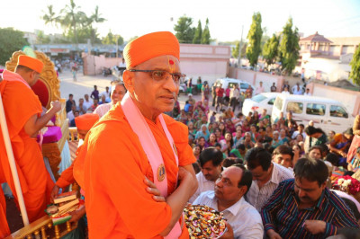 Acharya Swamishree gives darshan from the chariot