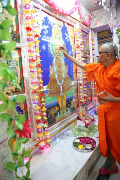 Acharya Swamishree performs the patotsav ceremony in the Ladies Mandir