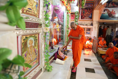 Acharya Swamishree commences the patotsav ceremony in the Bavla Mandir