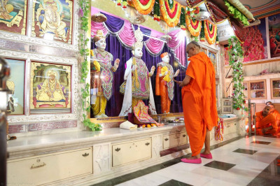 Acharya Swamishree performs prayers during the ceremony