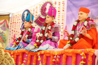 Divine darshan of the Murtis in the sabha mandap