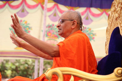 Acharya Swamishree gives His divine aashirwad