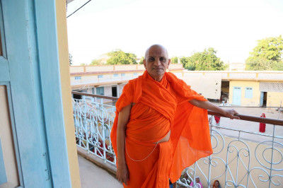 Acharya Swamishree Maharaj gives darshan in Bharasar, Kutch