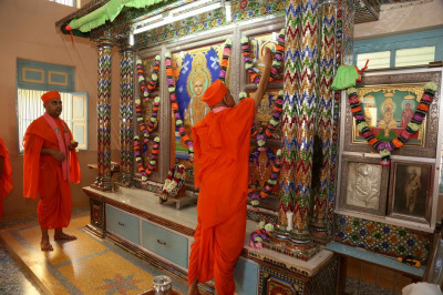 Acharya Swamishree Maharaj performs poojan to the Murtis in the Ladies Mandir