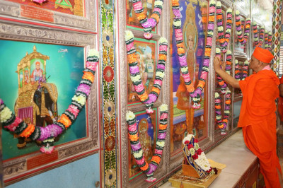 Acharya Swamishree Maharaj performs poojan to the Murtis in the Gents Mandir
