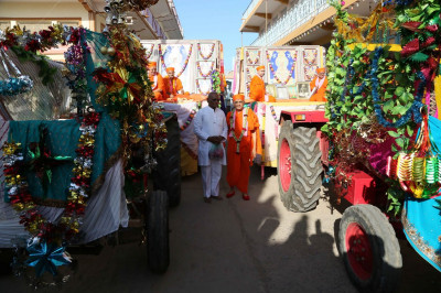 Acharya Swamishree Maharaj gives darshan with the Murtis