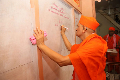 Acharya Swamishree Maharaj conscerates the new sinhasan