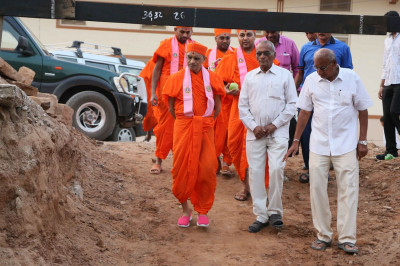 Acharya Swamishree Maharaj arrives at the Bharasar Mandir grounds