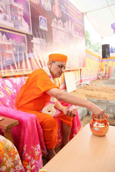 Acharya Swamishree Maharaj performs poojan to the urn