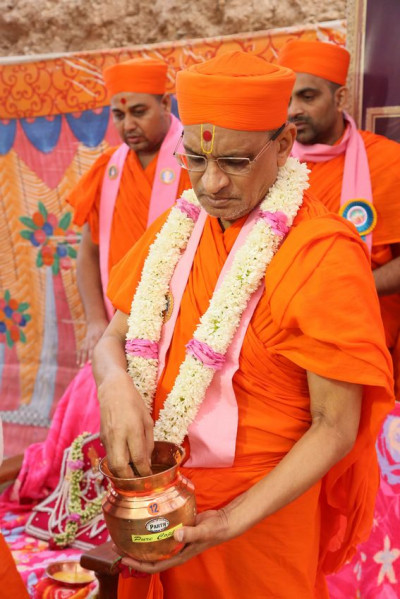 Acharya Swamishree Maharaj performs the ground breaking ceremony
