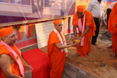 Sants bring their bricks to Acharya Swamishree Maharaj