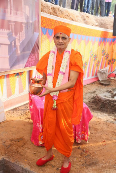 Acharya Swamishree Maharaj with the urn