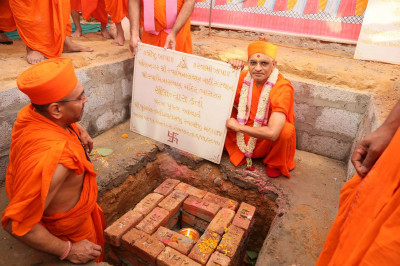 Acharya Swamishree Maharaj with one of the plaques