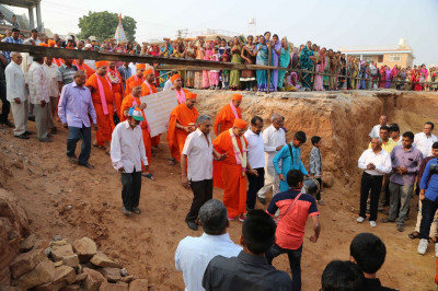 Acharya Swamishree Maharaj arrives at the grounds of the ladies Mandir