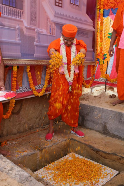 Acharya Swamishree Maharaj continues the shilanyas ceremony