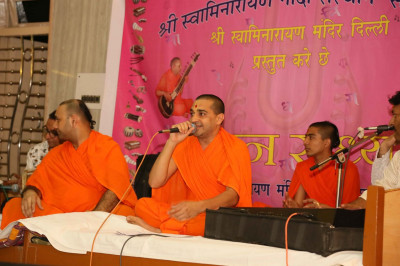 Sants sing kirtans during the performaces