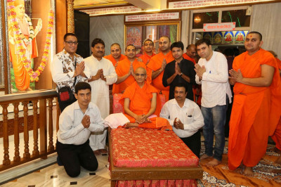 Acharya Swamishree Maharaj gives darshan to sants and disciples who took part in the Bhakti Sangeet performances