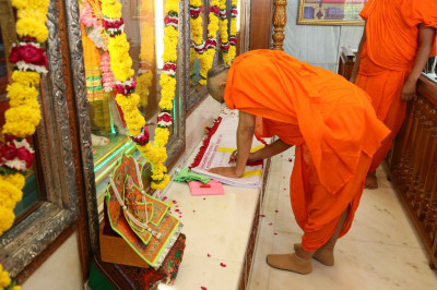 A new flag is conscecrated by Acharya Swamishree Maharaj