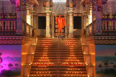 Acharya Swamishree Maharaj gives darshan on the steps of Maninagar Mandir