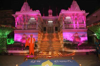 Divine darshan of Acharya Swamishree Maharaj in front of Maninagar Mandir